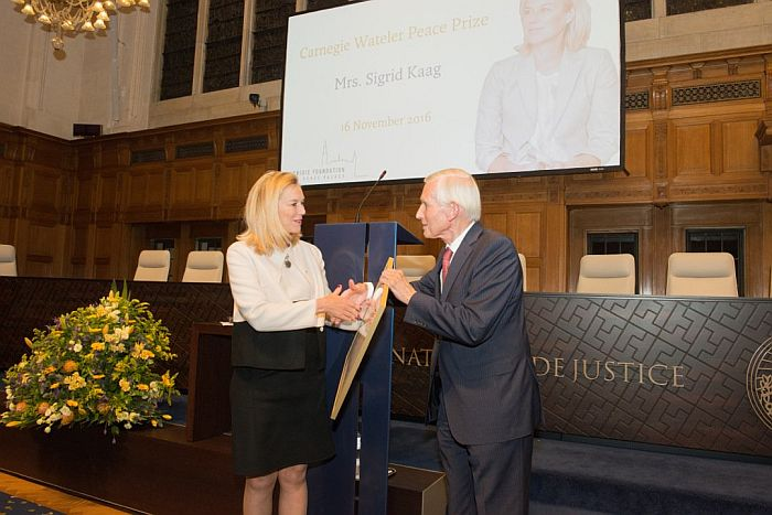 Ms Sigrid Kaag receives the Prize from former Minister of Foreign Affairs Mr Bernard Bot